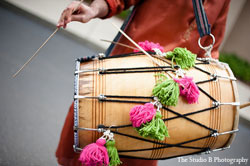 Amaze your guests with a live dhol player during the baraat/jaan procession. You can also use this service at your reception to have your guests' up and dancing in no time.